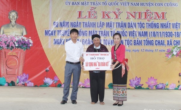 Ứng cử viên ĐBQH Võ Thị Minh Sinh (áo đỏ) trao tặng nhà Đại Đoàn kết cho người dân