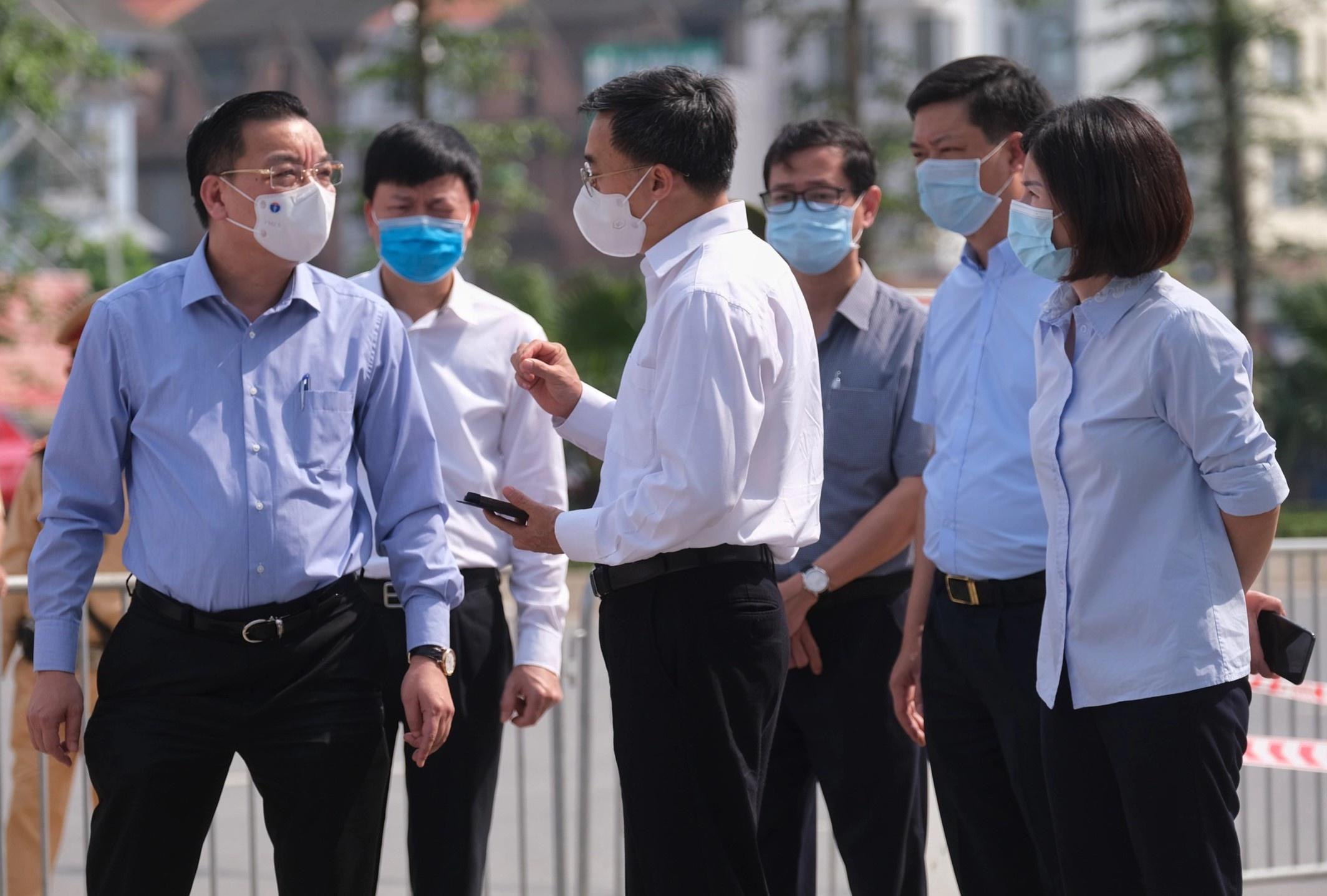 Chủ tịch UBND TP Hà Nội Chu Ngọc Anh kiểm tra tại bệnh viện K cơ sở Tân Triều. Ảnh: Phạm Thắng.