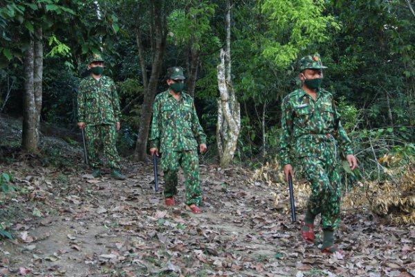 Các chiến sỹ chốt số 4 đang tuần tra chống người xâm nhập trái phép.