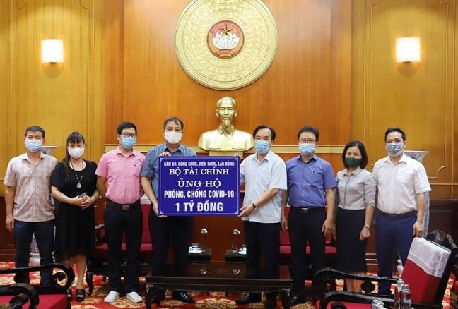 Phó Chủ tịch Ủy ban Trung ương MTTQ Việt Nam Ngô Sách Thực tiếp nhận ủng hộ từ Bộ Tài chính.