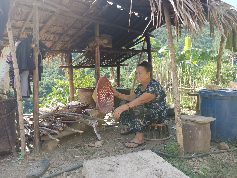 Bà Lô Thị Thu buồn bã vì cuộc sống tạm bợ bên dòng Nậm Nơn