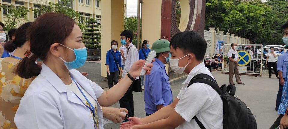 Công tác kiểm tra thân nhiệt cho học sinh