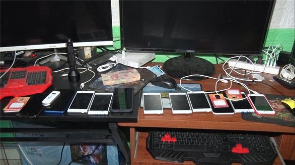 Tang vật gồm nhiều máy tính, điện thoại Lâm dùng để đăng tải các bài viết trên nhiều fanpage kêu gọi từ thiện bị công an thu giữ - Ảnh: CACC