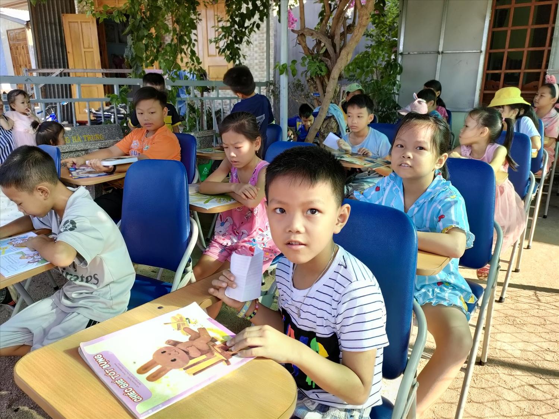 Các bạn nhỏ ở địa phương đến thư viện Nắng Mai đọc sách (Ảnh chụp trước thời điểm xảy ra dịch Covid-19 đơt 4)