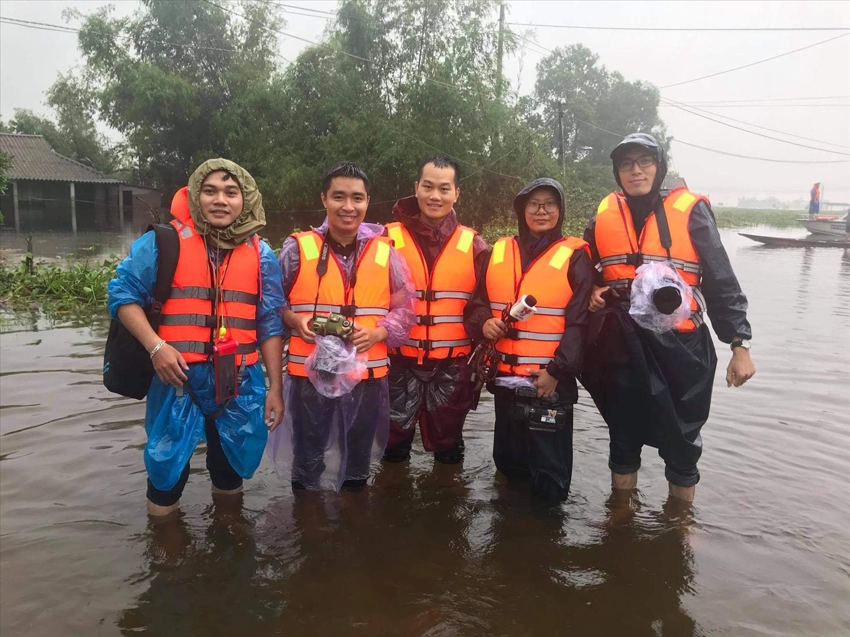 Nhóm phóng viên tác nghiệp ở vùng rốn lũ huyện Hải Lăng, tỉnh Quảng Trị trong đợt lũ 20/10 . Dù mệt mỏi nhưng tất cả vẫn luôn đoàn kết, chia sẻ những khó khăn trong suốt qua trình tác nghiệp.