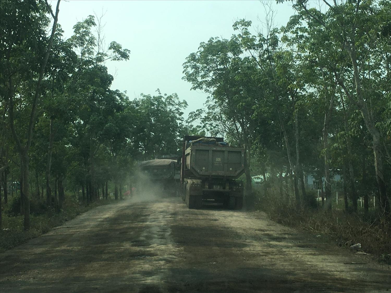 Xe tải, xe ben hoạt động liên tục trên con đường vào mỏ đá núi Nứa gây bụi mù mịt