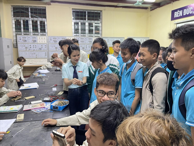 Các bạn học sinh THCS trên địa bàn TP Lào Cai đến trải nghiệm nghề nghiệp tại trường CĐ Lào Cai