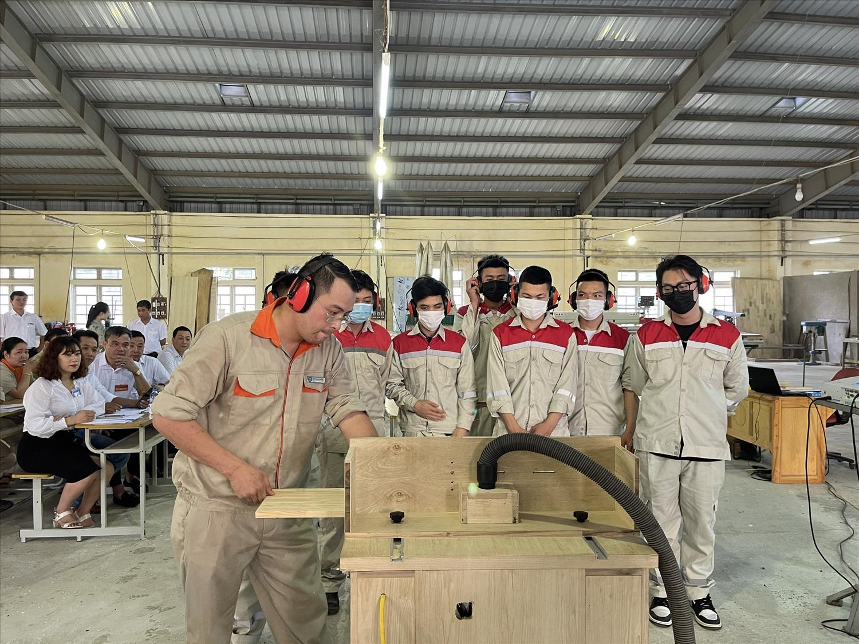 Một lớp học nghề Mộc dân dụng tại Trường Cao đẳng nghề Yên Bái