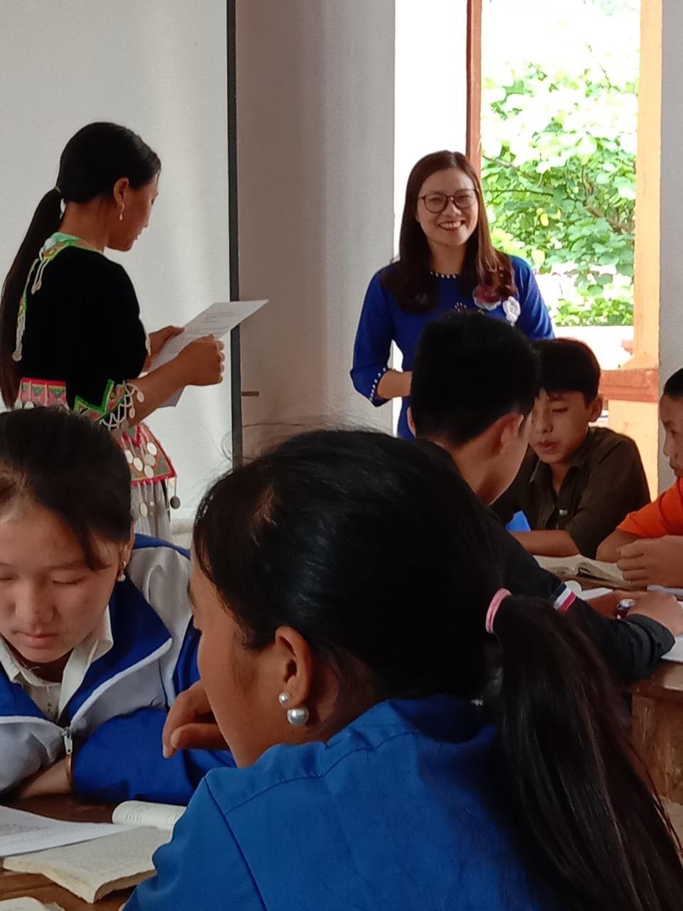 Cô giáo Huyền hướng dẫn học sinh hoạt động nhóm trong giờ Ngữ văn