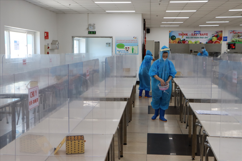 Nhân viên nhà bếp tiến hành vệ sinh khử khuẩn tại khu vực nhà ăn Công ty TNHH Fine MS Vina (KCN Quế Võ, Bắc Ninh)