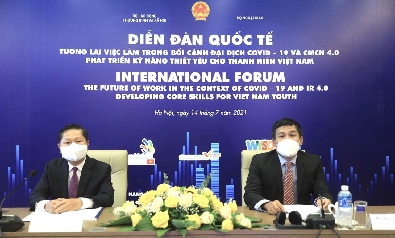 Thứ trưởng Bộ Lao động – Thương binh và Xã hội Lê Tấn Dũng (bên trái) và Thứ trưởng Bộ Ngoại giao Nguyễn Minh Vũ chủ trì Diễn đàn
