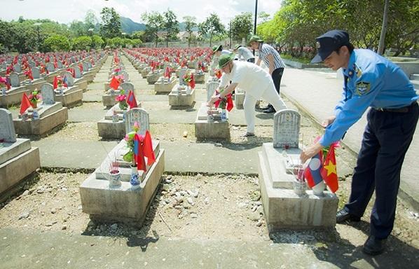 Nghĩa trang Liệt sĩ Quốc tế Việt Lào (Anh Sơn, Nghệ An) là nơi tập trung các phần mộ các liệt sĩ của hơn 11000 cán bộ, chiến sĩ tình nguyện và chuyên gia quân sự hy sinh trên chiến trường Lào