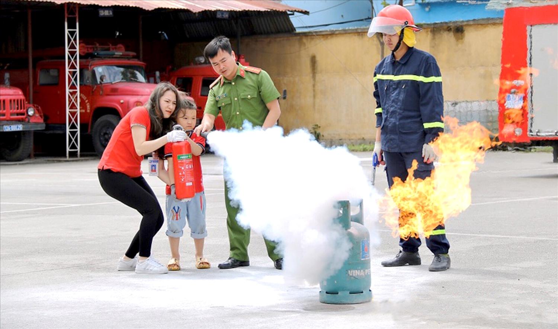 Phòng Cảnh sát PCCC Công an tỉnh Lạng Sơn hướng dẫn Giáo viên, học sinh sử dụng bình chữa cháy.