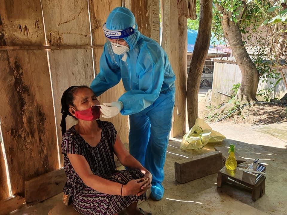Người dân Chăm Puông được lấy mẫu xét nghiệm