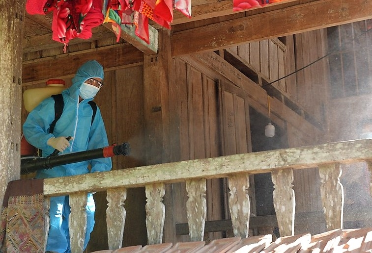 Lực lượng chống dịch phun khử khuẩn ở Chăm Puông