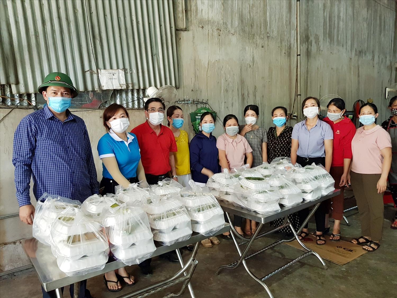Chủ tịch UBND huyện Tương Dương Phan Đức Sơn (Áo đỏ) kiểm tra bếp ăn phục vụ khu cách ly