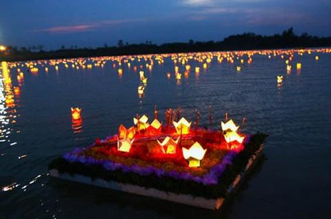 Thả hoa đăng tri ân các anh hùng liệt sĩ trên dòng Thạch Hãn - Quảng Trị