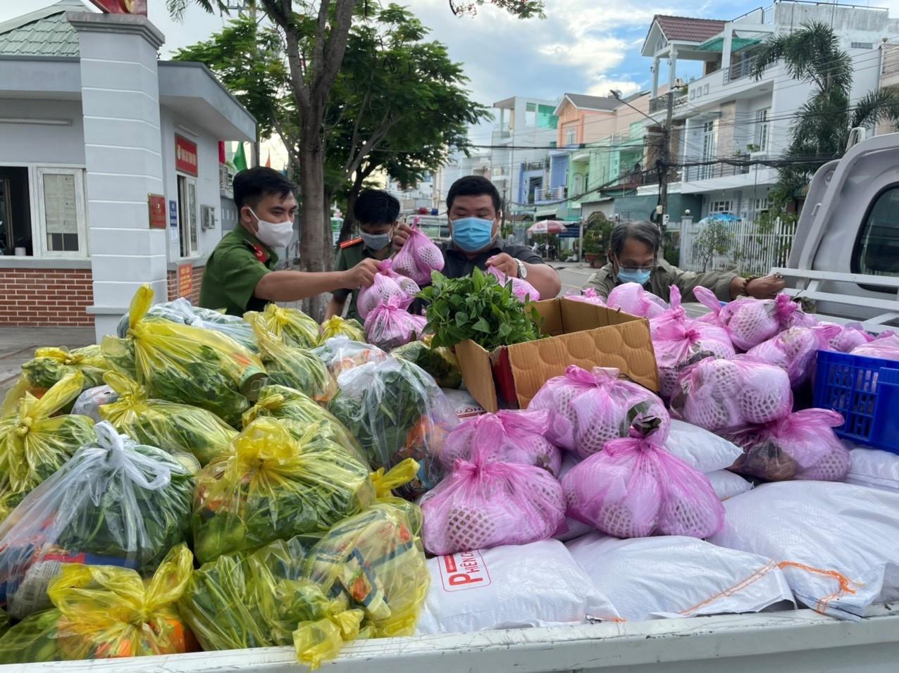 Công an tỉnh An Giang trao quà hỗ trợ cho người dân