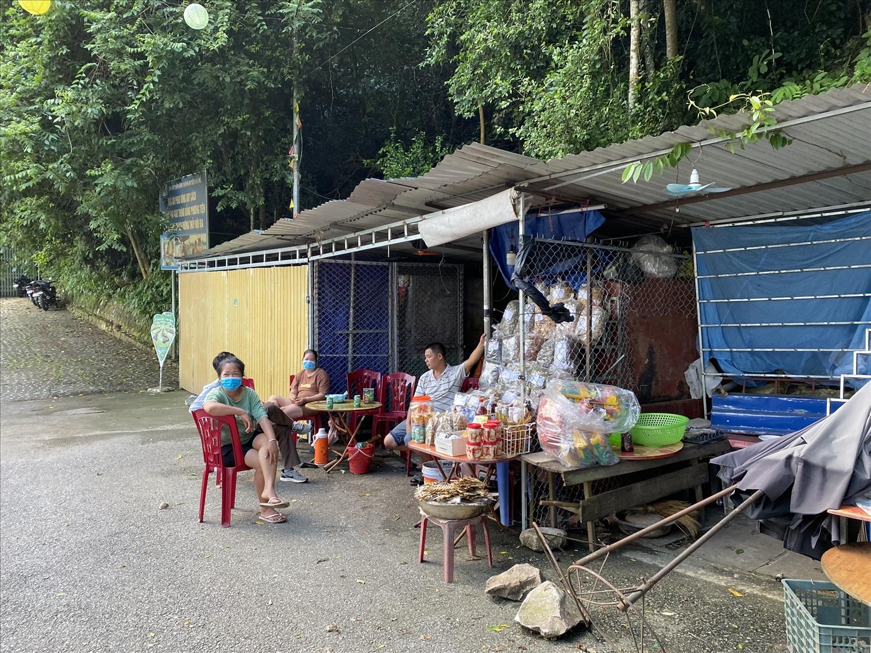 Vắng khách, những người buôn bán nhỏ ngồi tán chuyện qua ngày