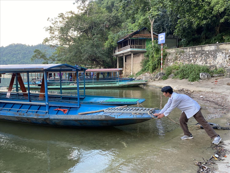 Rảnh rỗi, anh Phùng Văn Tú tranh thủ sửa sang lại con thuyền