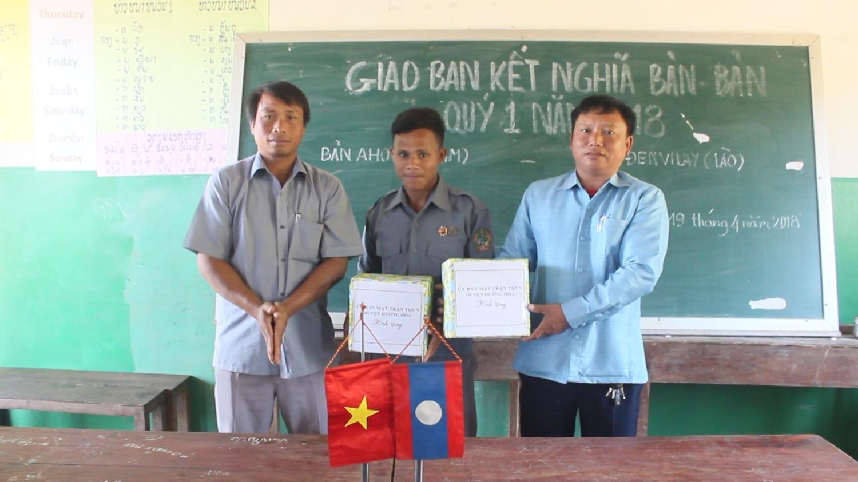 Lãnh đạo xã Thanh trao quà cho nhân dân bản Đen Vi Lay, huyện Sê Pôn, (Lào) - Ảnh chụp khi chưa có dịch Covid-19