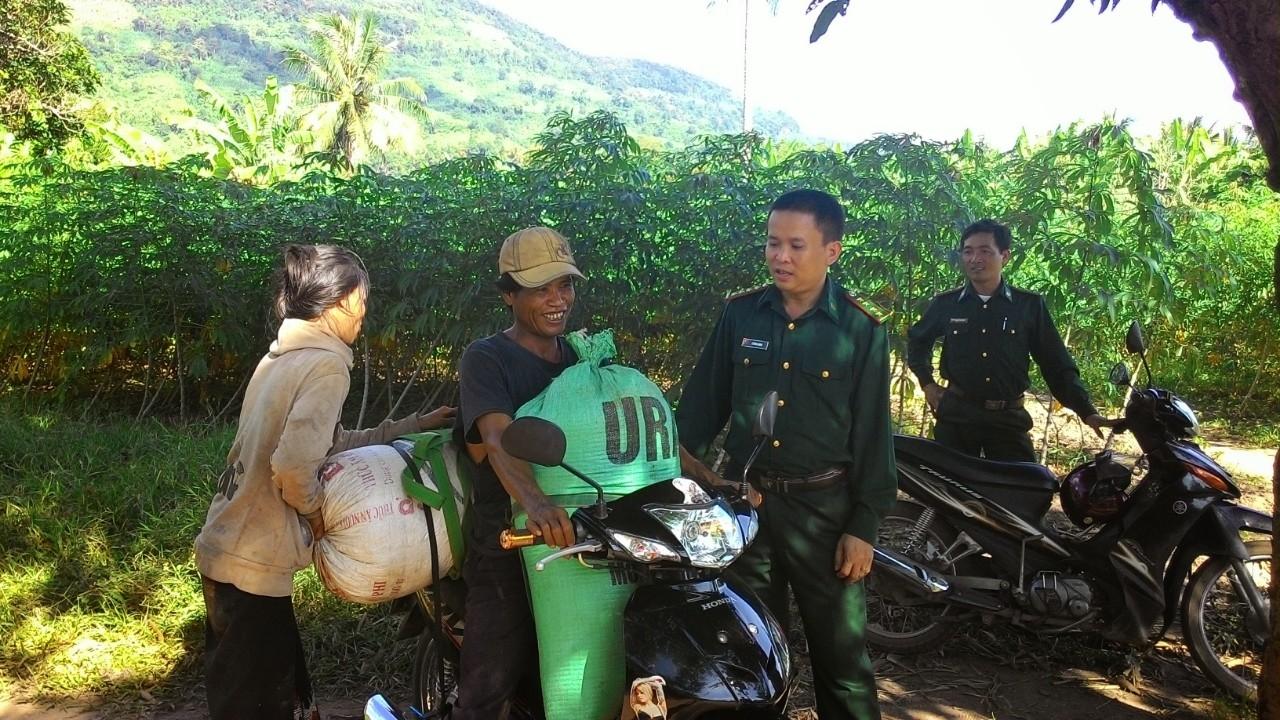 Bộ đội Biên phòng đóng trên địa bàn Xã Thuận (Hướng Hóa) trò chuyện cùng bà con Bru -Vân Kiều