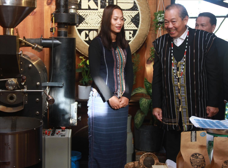 Phó Thủ tướng Thường trực Chính phủ Trương Hòa Bình tới thăm cơ sở chế biến, kinh doanh cà phê của chị Cơ Liêng Rolan cuối năm 2019