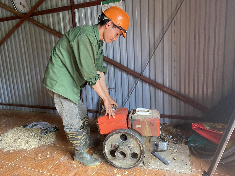Anh Sùng A Páo sửa chiếc máy phát điện của gia đình.