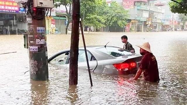 Tuyến đường cửa ngõ từ TP. Lào Cai đi H.Bát Xát tê liệt do mưa lớn ngập sâu trong sáng ngày 5/7/2021 Ảnh: Thanh Niên.