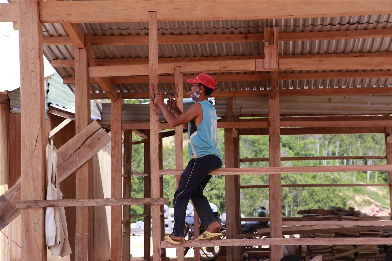 Người dân gấp rút dựng nhà mới trên nền đất tái định cư