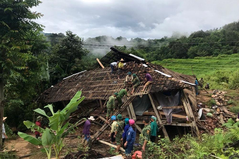 Cán bộ, chiến sĩ và người dân xã Cô Ba, huyện Bảo Lạc, Cao Bằng hỗ trợ, giúp đỡ các hộ gia đình khắc phục hậu quả thiên tai sau trận mưa bão xảy ra vào tháng 7/2020.