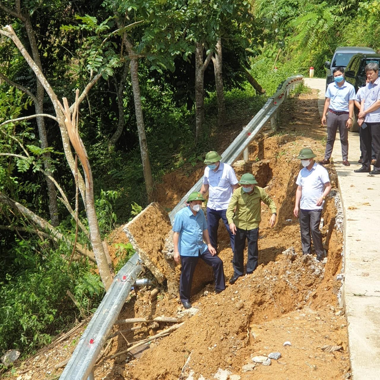 Đoàn công tác kiểm tra các điểm sạt lở tại đường vào xã Khâu Tinh, huyện Na Hang, Tuyên Quang