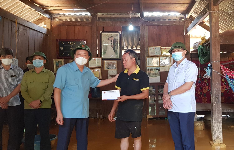 Ông Trần Quang Hoài - Phó trưởng ban, Tổng cục trưởng Tổng cục PCTT ( mặc áo xanh đứng ở giữa) thăm hỏi động viên người dân bị ảnh hưởng do thiên tai