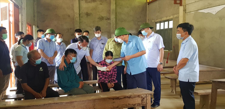 Đoàn công tác của Tổng cục trưởng Tổng cục PCTTthăm hỏi động viên người dân bị ảnh hưởng do thiên tai