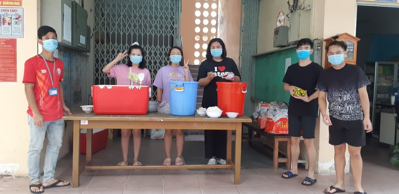 Đội sinh viên xung kích tình nguyện nấu và phát cơm cho Ký túc xá của trường trong những ngày giãn cách phòng chống dịch Covid-19. (Ảnh Nhà trường cung cấp)