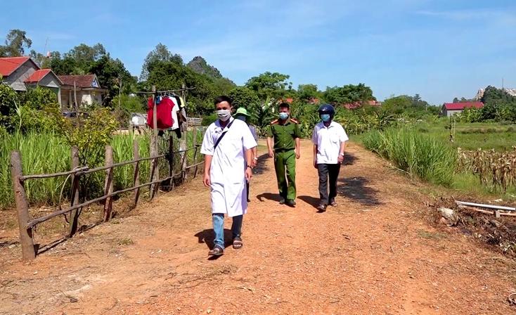 Tổ công tác phòng chống dịch của thị xã Ba Đồn (Quảng Bình) bám sát địa bàn để giám sát chặt chẽ trường hợp cách ly tại nhà