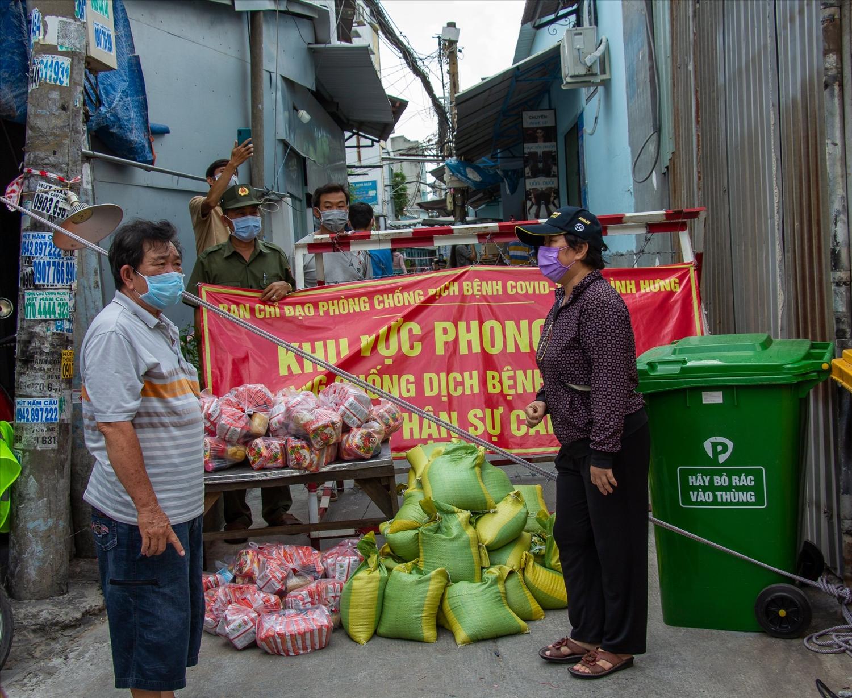 Gạo và mỳ gói miễn phí được chia sẻ hỗ trợ cho người nghèo trong khu cách ly