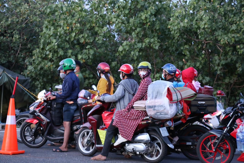 Nhiều người sinh sống, lao động ở Bình Dương trở về quê bằng xe máy tiềm ấn nhiều rủi ro