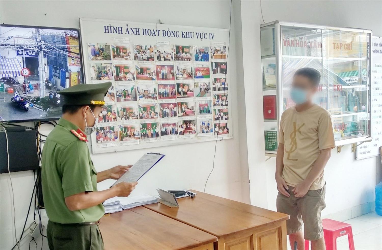 """Tống đạt quyết định đến chủ tài khoản Facebook """"Hoang Duong Pham"""""""