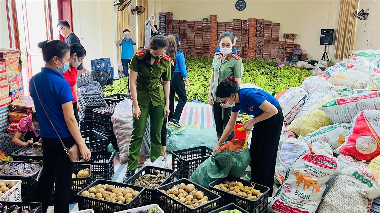 Các tổ chức, đoàn thể huyện Sơn Dương, Tuyên Quang đang phân loại và đóng gói nông sản ủng hộ người dân vùng dịch.