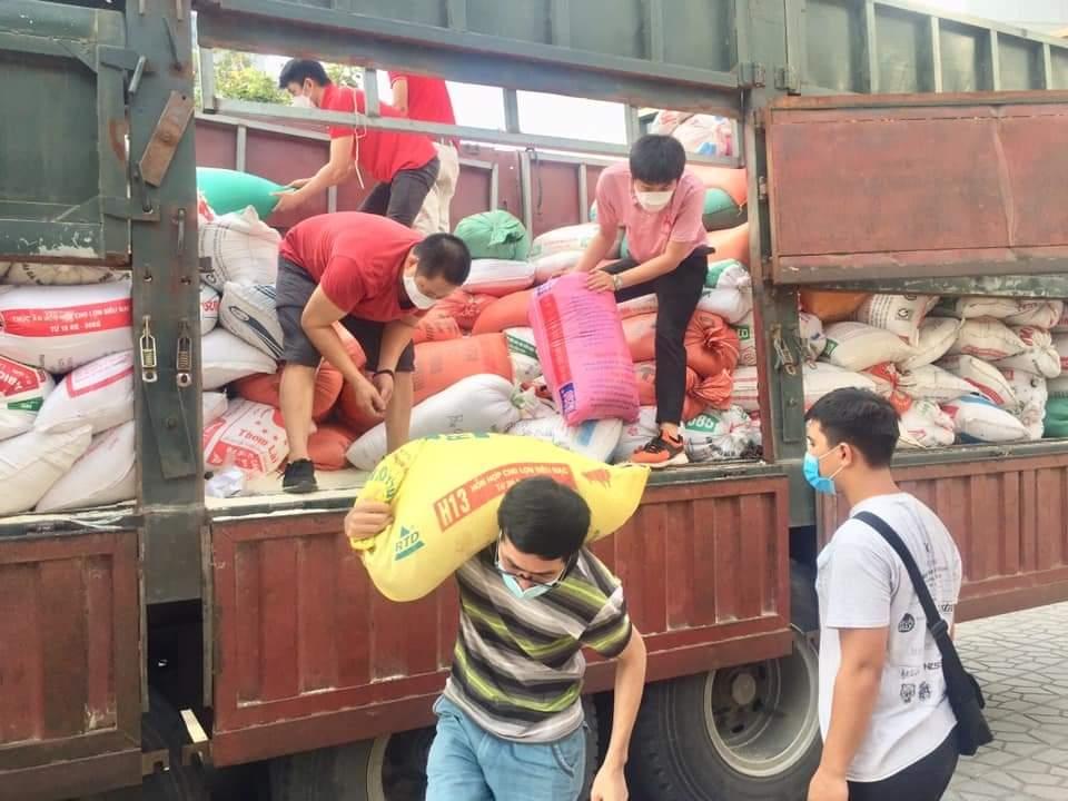 Những chuyến xe chở gạo hỗ trợ người dân vùng dịch