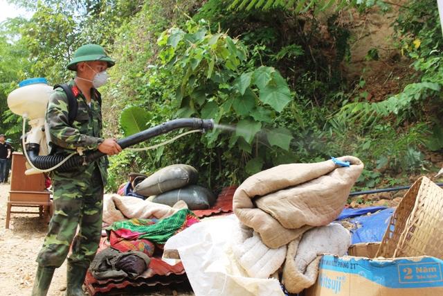 Lực lượng chức năng phun khử khuẩn y tế sau lũ tại Thanh Hóa
