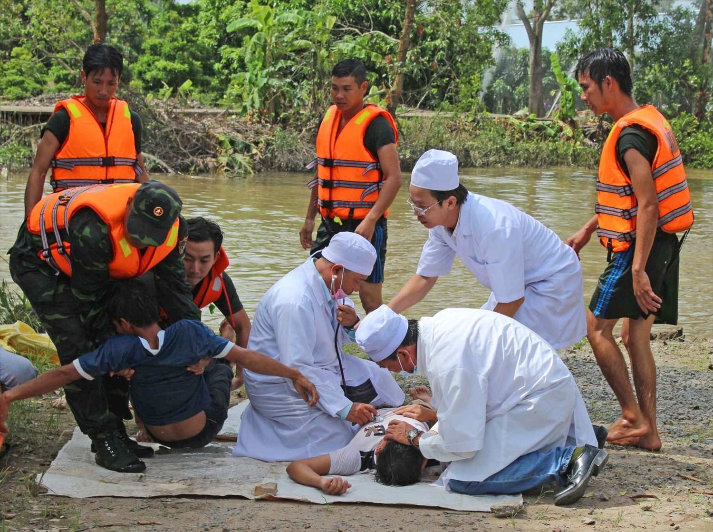 Lực lượng cứu hộ diễn tập công tác cứu nạn, sơ cấp cứu người dân bị đuối nước do bão, mưa lớn