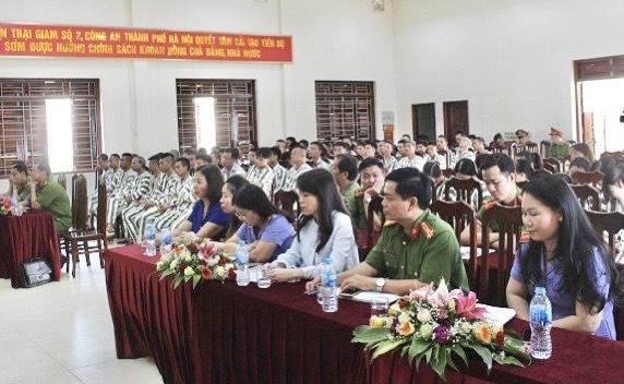 Một buổi tuyên truyền pháp luật cho phạm nhân tại Trại tạm giam số 2 do Sở Tư pháp Hà Nội phối hợp với Công an Thành phố tổ chức