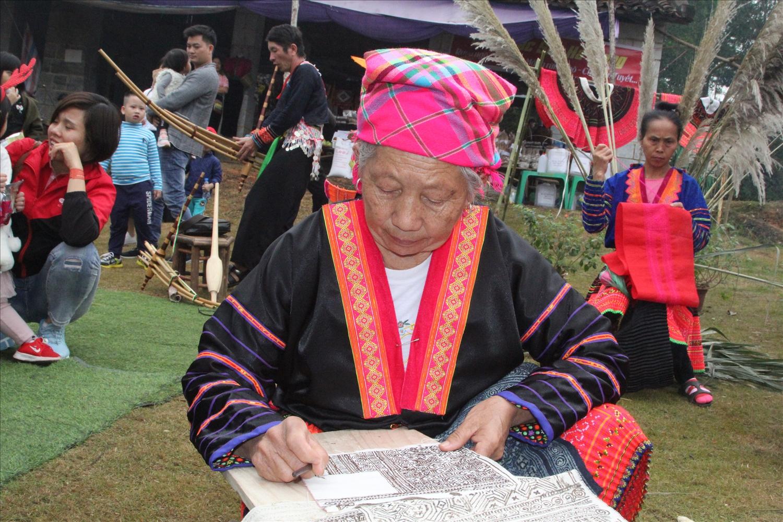 Nghệ thuật vẽ sáp ong của đồng bào Mông được cộng nhận là di sản văn hóa phi vật thể quốc gia.