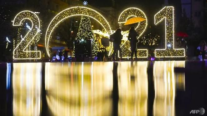 Mặc dù các lễ kỷ niệm sẽ bớt sôi động vì những biện pháp hạn chế virus lây lan, nhiều người trên thế giới hy vọng năm 2021 sẽ khác biệt. Ảnh: AFP