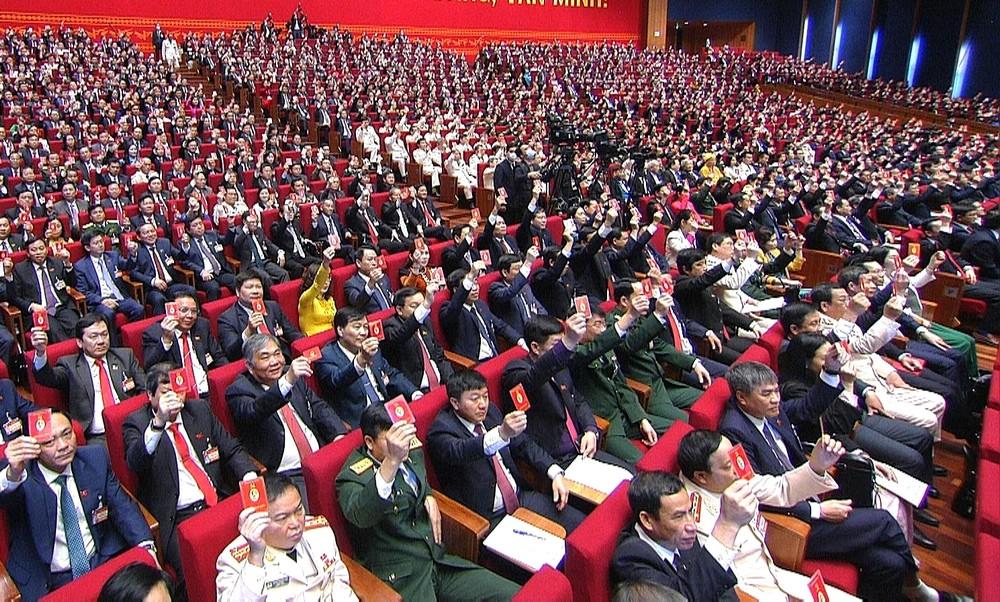 Các đại biểu biểu quyết thông qua Nghị quyết Đại hội đại biểu toàn quốc lần thứ XIII của Đảng