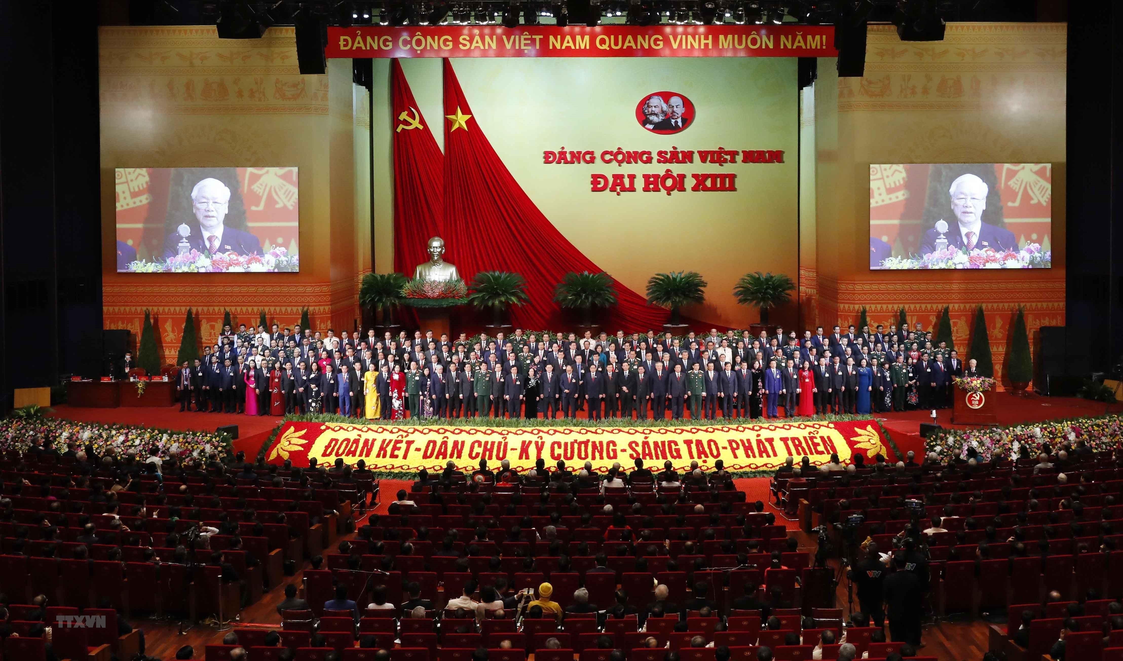 Toàn cảnh phiên bế mạc Đại hội XIII; Ban Chấp hành Trung ương khóa XIII ra mắt Đại hội