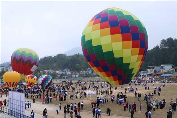 Chương trình giao lưu văn hóa du lịch và trình diễn khinh khí cầu chào năm mới 2021 tại huyện Than Uyên. Ảnh: Nguyễn Oanh-TTXVN