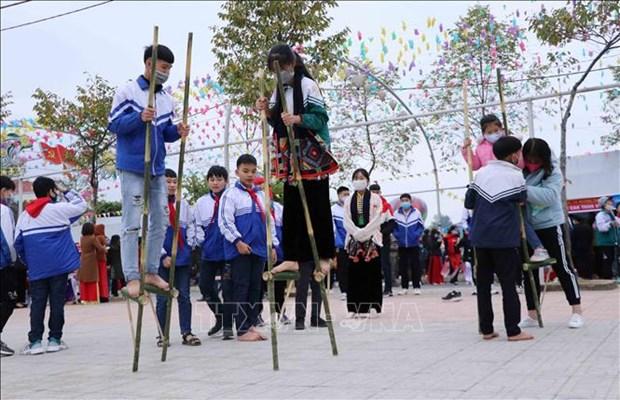 Học sinh tham gia trò chơi cà kheo tại lễ hội. Ảnh: Nguyễn Oanh-TTXVN